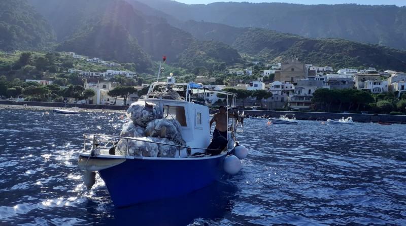 1-pescatori-allopera-lungo-le-coste-per-la-raccolta-di-marine-litter-con-il-flag-isole-di-sicilia