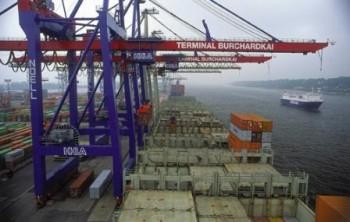 Containerbrücken im Einsatz am Containerterminal Burchardkai, der von der Hamburger Hafen- und Lagerhaus-AG (HHLA) betrieben wirdPortainers in action at Burchardkai Container Terminal operated by Hamburger Hafen- und Lagerhaus-AG (HHLA)