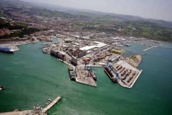 (ANSA) - ANCONA, 24 LUG - Veduta aerea del porto di Ancona con la nuova vasca di colmata.
