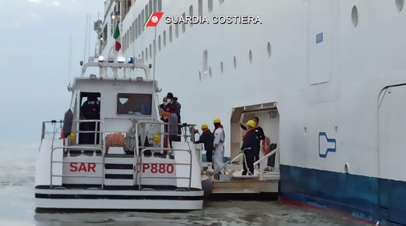 Malore di una turista su una nave da crociera, soccorso dalla Guardia Costiera di Manfredonia /Video