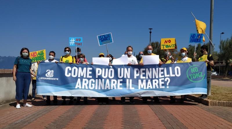Flash mob di Legambiente sulla spiaggia di Pontecagnano per dire No al Progetto di difesa del litorale salernitano da Pontecagnano a Paestum