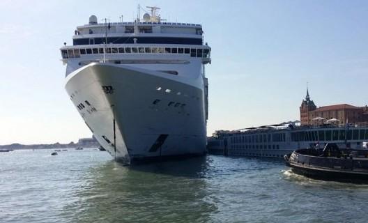 Incidente tra nave crociera e battello a Venezia