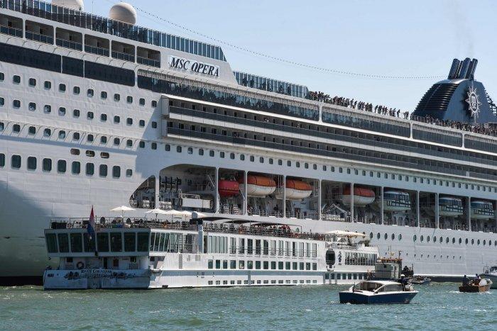 Venezia, nave da crociera si scontra con battello turistico