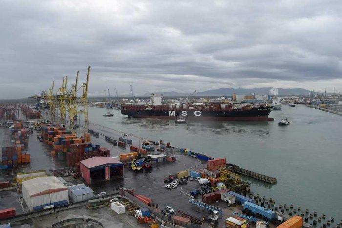 Porto Livorno, ingresso in darsena toscana nave contenitori Msc Vita