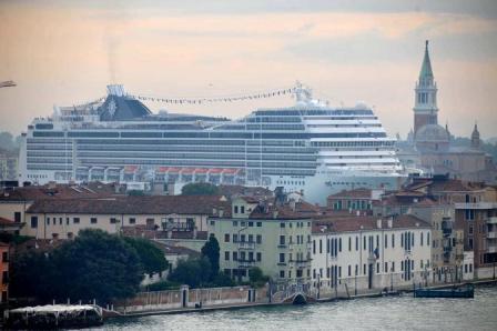 Venezia, 28/02/2011. Il passaggio in bacino della nave Msc Magnifica. (c)Andrea Pattaro/Vision
